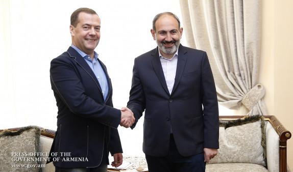 Медведев поблагодарил Пашиняна за встречу в неформальной обстановке