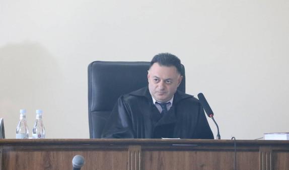 Գլխավոր դատախազը դատարան մուտք գործեց դատավորի ծառայողական մուտքից. Դա հարցեր առաջացրեց Քոչարյանի պաշտպանների մոտ