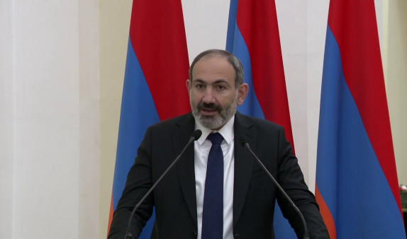 Пашинян поздравил Зеленского со вступлением в должность президента Украины