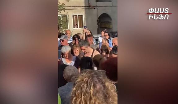 Տեսանյութ.Գյումրու բակերից մեկում զուռնա-դհոլով են դիմավորել գերությունից վերադարձած հայորդուն, նրա համար մատաղ արել