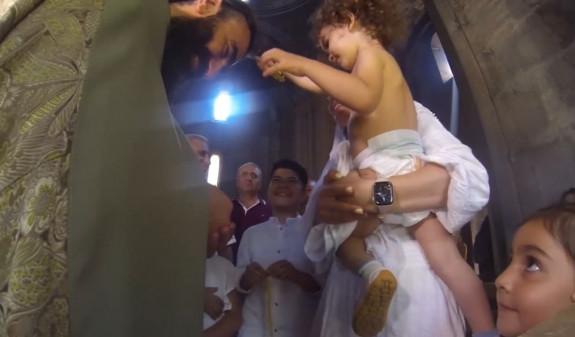 Հայ փոքրիկը հոգևորականի ձեռքից վերցնում է խաչն ու խաչակնքում նրան.  ակտիվ տարածվում է սոցցանցային օգտատերերի կողմից